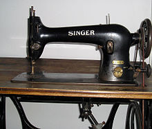 220px-Singer sewing_machine_detail1